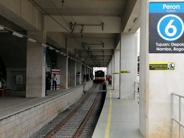 インドネシア ジャカルタ 6番ホームに入線する元武蔵野線205系