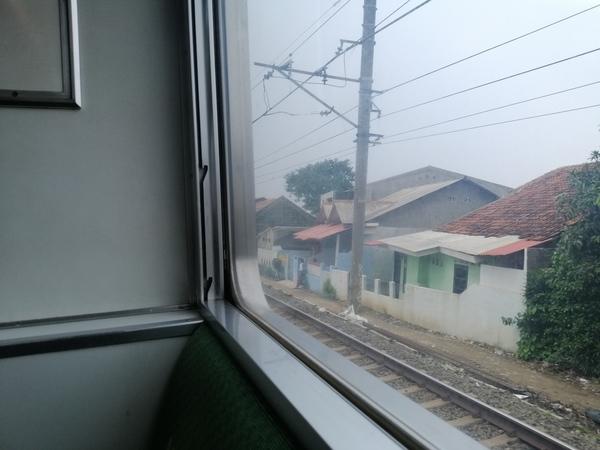 インドネシア ジャカルタ 線路に近すぎる家々、時々スラムも目にする