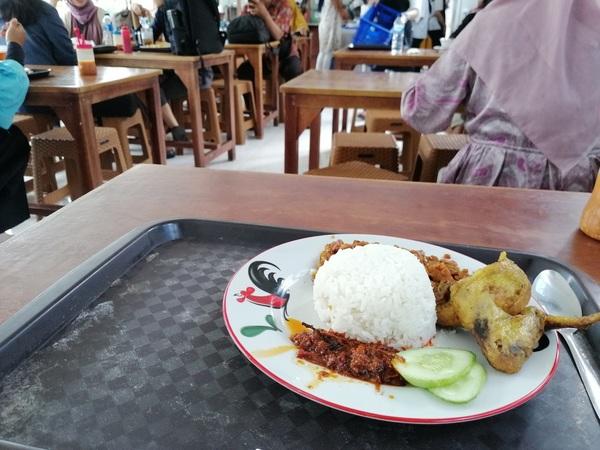 インドネシア ジャカルタ ボゴールのエキナカ食堂にて